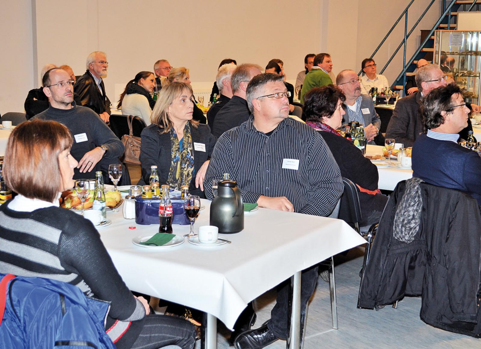 Die Teilnehmer hören interessiert den Vorträgen der Referenten zu.