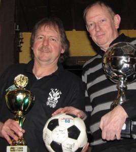 Roland John und Frank Neumeister präsentieren die begehrten Pokale.