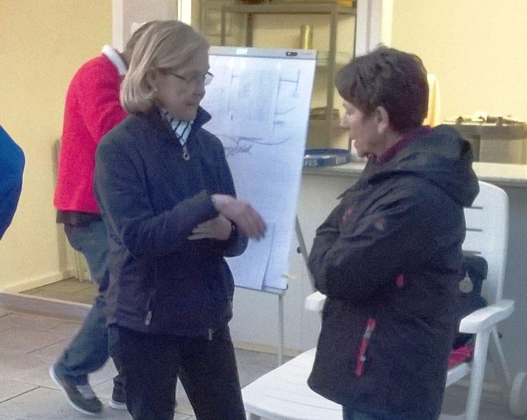 Anita (rechts) und Annikki in einem taktischen Gespräch beim Babas-Turnier