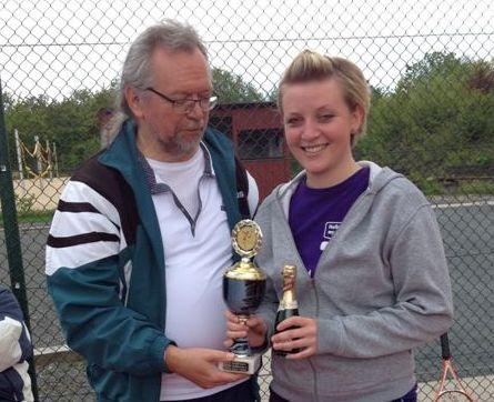 Vera Hemb gewinnt auch 2015 - Pokalübergabe durch Gerhard Giesecke