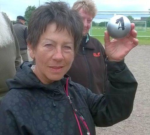 Anita Scharwenka zeigt stolz die Kugel (Nummer 1)