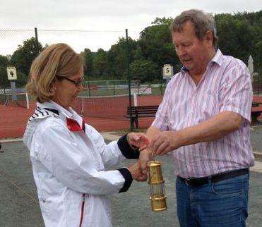Pokalübergabe an Annikki Bangemann vom TSV Egestorf