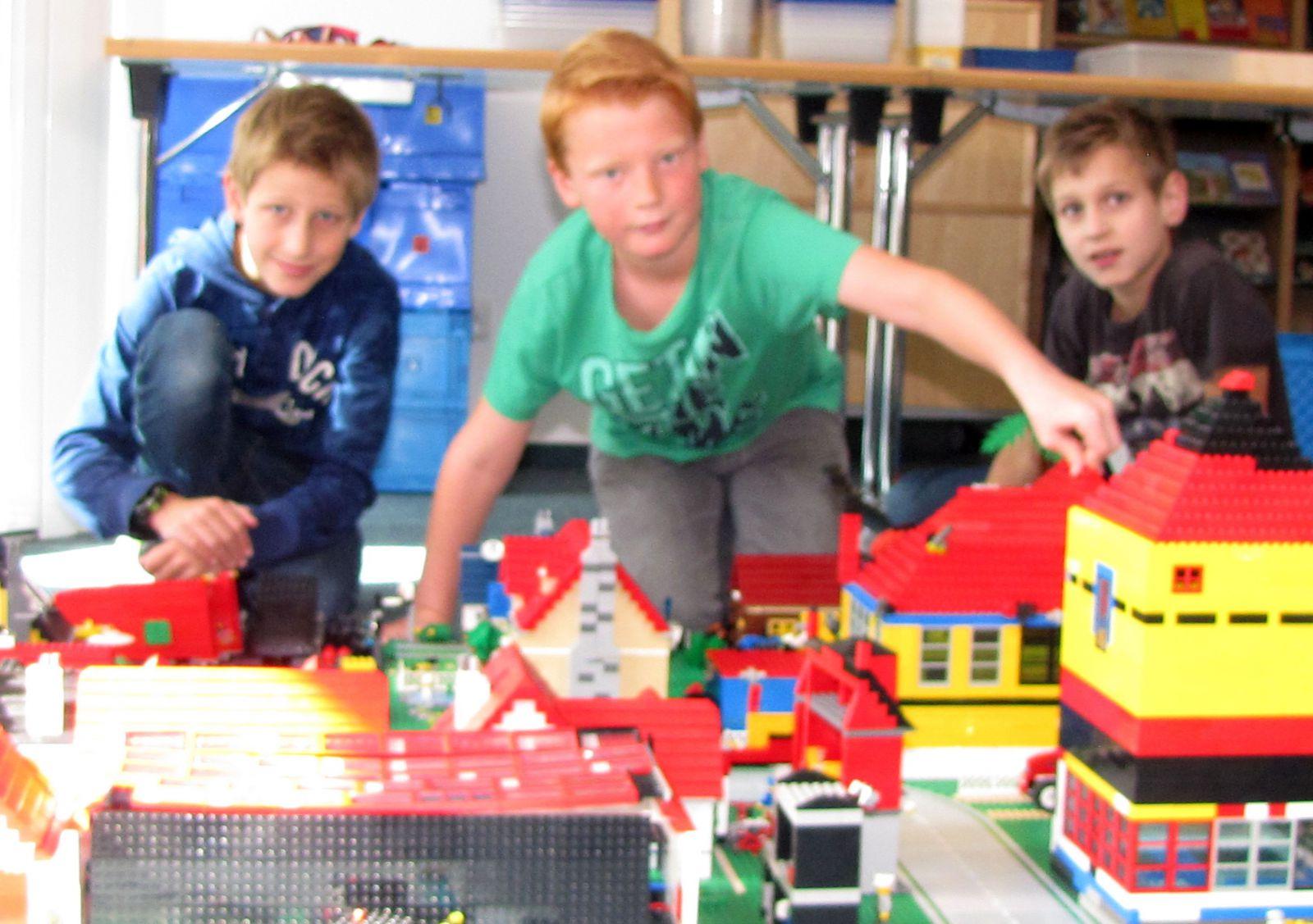 kinder bauen eine riesige stadt aus lego steinen deister echo. Black Bedroom Furniture Sets. Home Design Ideas