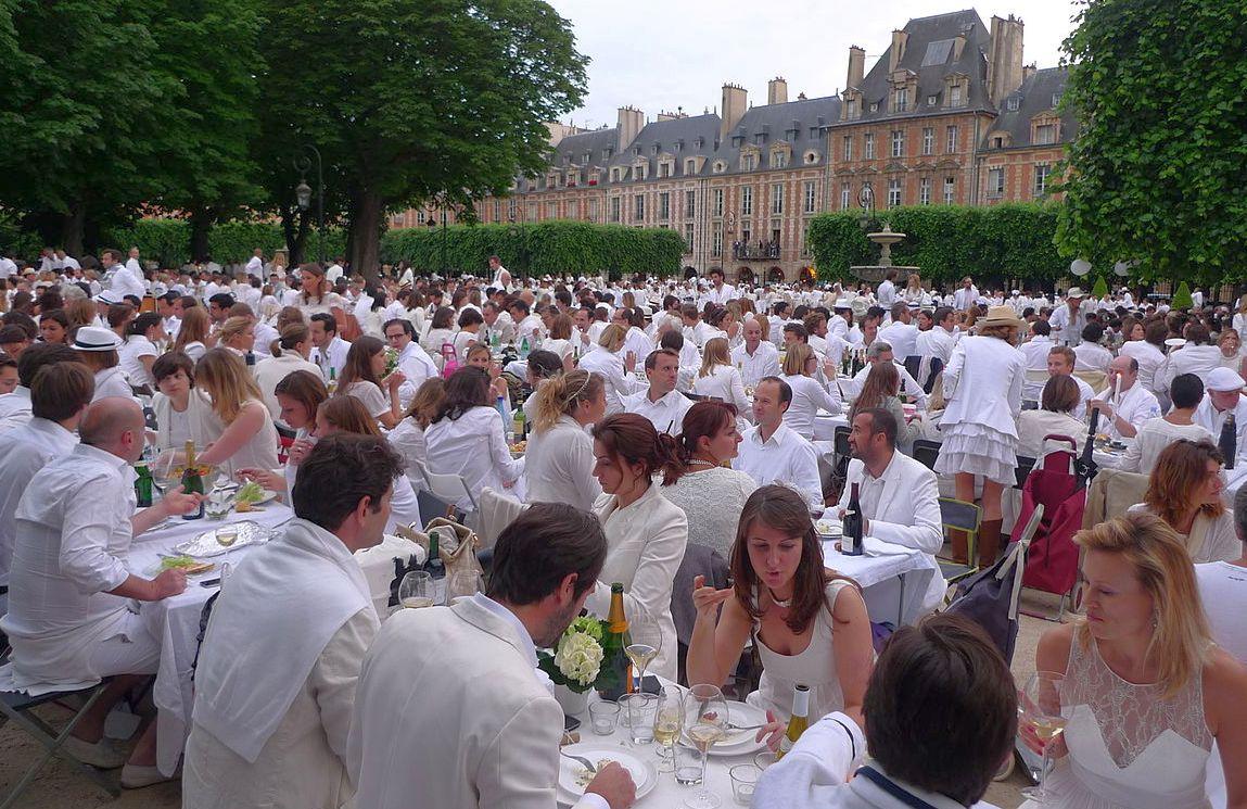 1280px-White_Diner_Paris_-_Diner_en_blanc_2012_(7375330096)