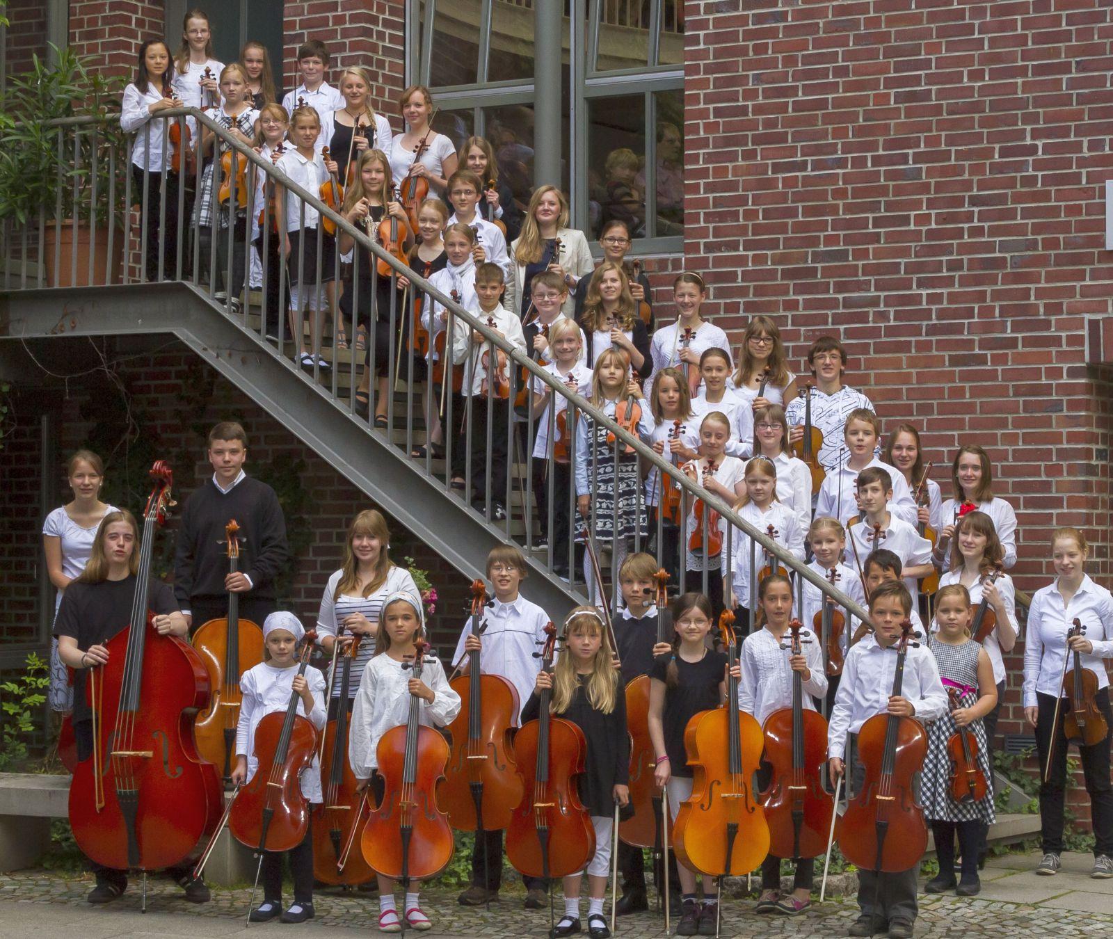 CMS-beide Streichorchester - Treppe Rathaus (1)