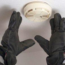 Fehlerhafter Brandmelder löst Alarm in einem Wohnhaus aus