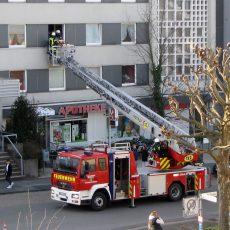 Feuerwehr muss für den Transport einer verletzten Person die große Drehleiter einsetzen