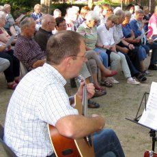 Gemeinsames Singen am Feuer läutet den Start in die Sommerferien ein