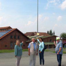 Besucherparkplatz beim Zechensaal wird von zwei großen Leuchten erhellt