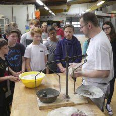 """Zum Erntedankfest: Konfirmanden backen für """"Brot für die Welt"""""""