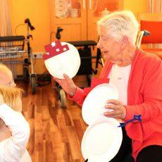 Kinderbuden-Knirpse basteln zusammen mit Senioren einen Schneemann für daheim