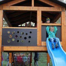 Hölzernes Spielhaus der Grundschule Groß Munzel wird eingeweiht