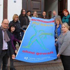 NEIN zu Gewalt an Frauen und Mädchen:  Barsinghausen zeigt Flagge