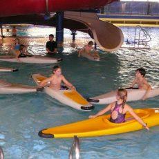 Kinder sammeln beim Schnuppertraining vom Calenberger Canoe Club erste Erfahrungen