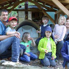 Pizzaduft liegt in der Luft: Waldkindergarten weiht Lehmbackofen ein