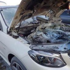 Hybridauto gerät auf der B65 in Brand