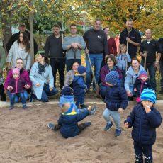 Die Freude der Krippenkinder der Petrusgemeinde über einen neuen Sandkasten ist riesengroß