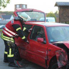 Übung: Zwei Fahrzeuge kollidieren und es gibt Verletzte