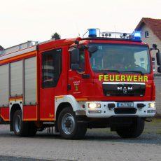 Feuerwehr öffnet die Tür zu einer hilfebedürftigen Person