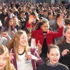 3. Flashmob mit Rekord: 600 Teilnehmer tanzen am Thie gegen Gewalt an Frauen