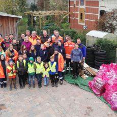 Großer Rausputz bei Holtensen: Sammler stoßen auf 25 Autoreifen und füllen 40 große Müllsäcke