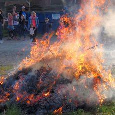 Die ersten Osterfeuer brennen schon