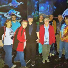 Mitglieder vom Heimatverein erproben sich im Neon-Golfen und besuchen das Landesmuseum