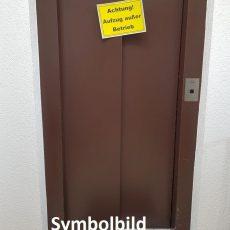 Person sitzt im Aufzug fest