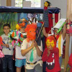 Flüchtlingskinder führen mit NOA NOA ein Theaterstück über Zukünftswünsche auf
