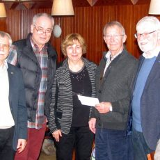 Senioren der IG Metall unterstützen die Tafel bei der Finanzierung eines neuen Kühlwagens mit Spende
