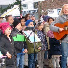 Chor der Wilhelm-Stedler-Schule begeistert mit Ständchen im Weihnachtsdorf