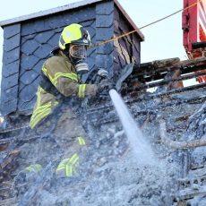Über 100 Einsatzkräfte der Feuerwehren waren beim Hausbrand im Einsatz