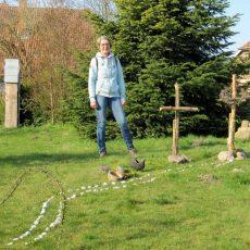 """Kirchengemeinde gestaltet einen """"Ostergarten"""" und lädt Familien mit Kindern zur Eiersuche ein"""