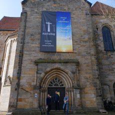 Transparent an der Klosterkirche symbolisiert Hoffnung und den Weg ins Licht