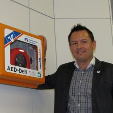Volksbank stattet Barsinghäuser Filiale mit lebensrettendem Defibrillator aus