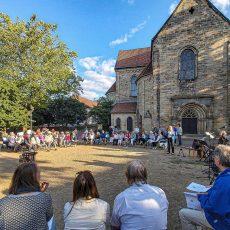 Musik am Feuer und Reisesegen vor der Klosterkirche