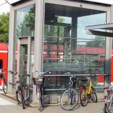 Person bleibt im Fahrstuhl am Bahnhof stecken