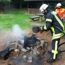 Ortsfeuerwehr löscht Reste eines illegalen Lagerfeuers beim Grillplatz Hohenbostel