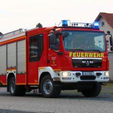 Mittels Drehleitereinsatz kann die Feuerwehr eine gestürzte Person an den Rettungsdienst übergeben
