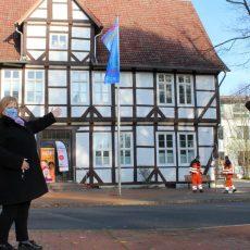 """Gehisste Fahne weist am Rathaus auf den """"Orange Day"""" hin"""