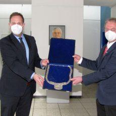 Bürgermeisterkette wird von Marc Lahmann an Henning Schünhof übergeben