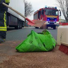 Feuerwehr beseitigt eine 100 Meter lange Ölspur