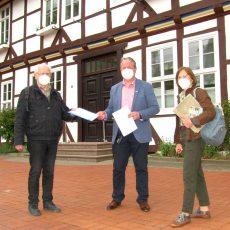 Für den Erhalt und Schutz von Bäumen: NABU und BUND überreichen fast 100 Unterschriften an Bürgermeister Schünhof