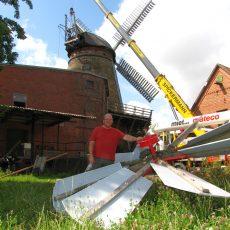 Denkmalgeschützte Windmühle in Wichtringhausen wird mit neuem Windrosenbock ausgestattet