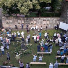 Neue Konfirmanden werden im Projektgottesdienst im Klosterinnenhof begrüßt
