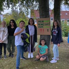Kindergruppe der Ökostation sorgt sich um die Buchen am Spielplatz